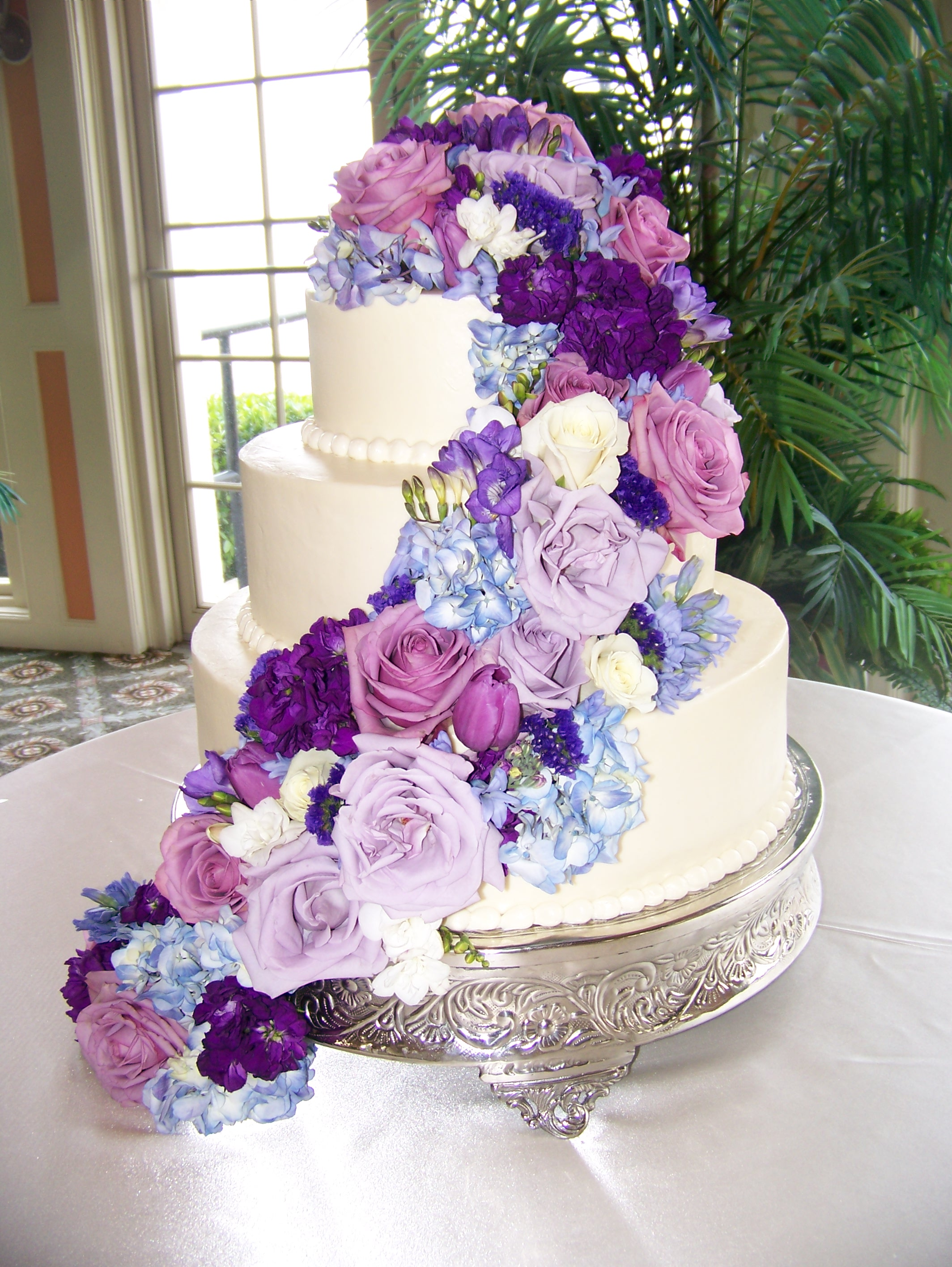 Cascading Flowers on your Wedding Cake